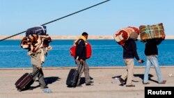 Des Egyptiens fuient la Libye à bord 'un bateau dans la ville portuaire de Zarzis, en Tunisie, le 2 mars 2011.