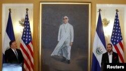 Rankont Chèf diplomasi amerikèn nan Mike Pompeo ap prezidan El Salvador Nayib Bou-Kele. 21 jiyè 2019. Foto: REUTERS/Jose Cabezas -