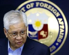 Ngoại trưởng Philippines Albert Del Rosario thông báo quyết định kiện Trung Quốc ra tòa trọng tài quốc tế hồi năm ngoái.