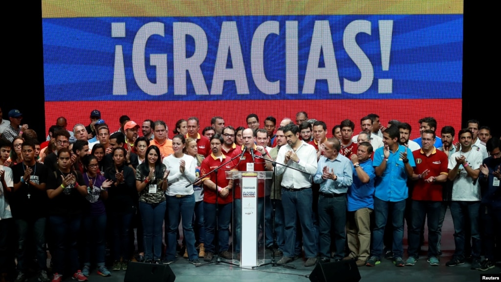 """""""Hoy más que nunca nos sentimos orgullosos de ser venezolanos"""", dijo el diputado opositor Julio Borges, presidente de la Asamblea Nacional, resaltando """"la pulcritud y transparencia"""" del proceso."""