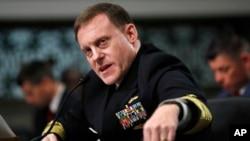 Direktè Ajan Sekirite Nasyonal Etazini an, Amiral Mike Rogers, ki tap temwaye nan Capitol Hill, Washington devan Senatè nan Komite Sèvis Militè yo, 9 me 2017.