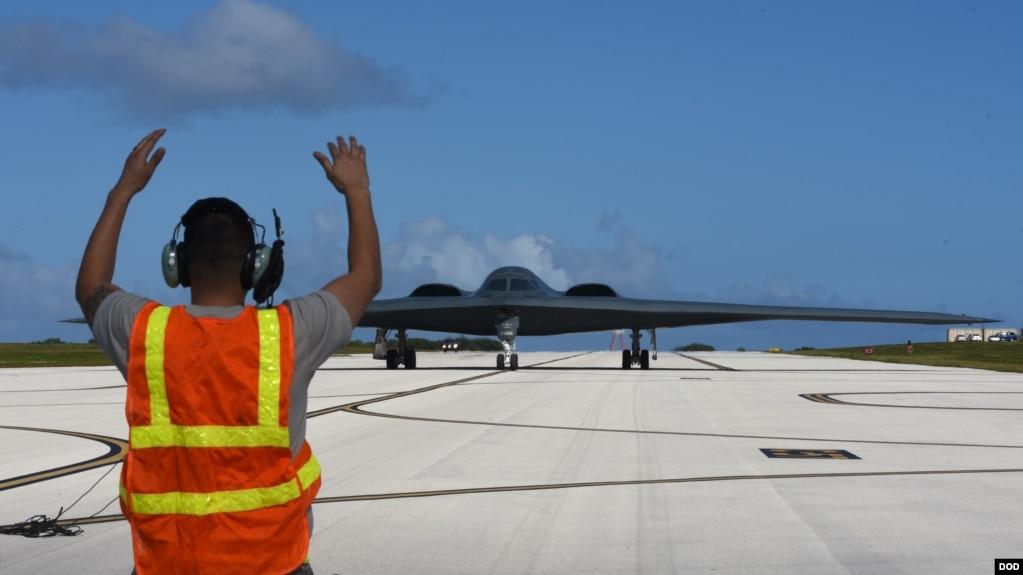 美军一架B-2战略轰炸机飞抵关岛美军基地(美国国防部 2018年1月8日)(photo:VOA)