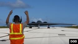 美军一架B-2轰炸机2018年1月8日飞抵关岛(美国空军照片)