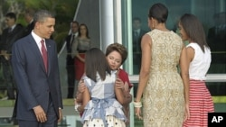 오바마 대통령의 막내딸 사샤가 지우마 호세프 브라질 대통령에 키스하고 있다.