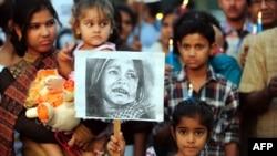 Seorang anak India ikut berdemo dalam aksi protes di Allahabad, 23 April 2013, menyusul pemerkosaan anak berusia lima tahun di New Delhi (Foto: dok). Dikabarkan seorang anak berusia empat tahun meninggal dunia akibat perkosaan di di kota Ghansour, di negara bagian Madhya Pradesh, Senin (29/4).
