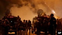 2014年8月17日,警察试图通过施放催泪弹和借助扩音器喊话以驱散在弗格森街头抗议的人群