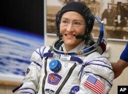 Astronot AS Christina Koch, anggota kru utama ekspedisi di Stasiun Antariksa Internasional, sebelum peluncuran pesawat ruang angkasa Soyuz MS-12 di pusat peluncuran luar angkasa Baikonur yang disewa Rusia, di Kazakhstan, 14 Maret 2019.