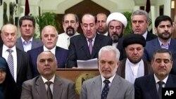 نوری المالکی در کنار جمعی از قانونگذاران عراق در نطقی تلویزیونی از سمت خود کنارهگیری کرد و پست نخست وزیری را به حیدر العبادی تحویل داد - ۲۳ مرداد ۱۳۹۳