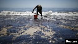 Vilijam Mekonahi vozio je iz San Dijega da bi pomogao u prikupljanju nafte i čišćenju plaže u Goleti u Kaliforniji.