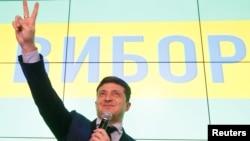 코미디언 출신의 정치 신인 볼로디미르 젤렌스키 우크라이나 대통령 후보가 31일 우크라이나 대통령선거 출구조사에서 현직 대통령인 페트로 포로셴코를 제치고 1위를 차지한 후 승리의 브이자를 그리고 있다.