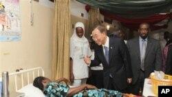 Katibu Mkuu wa Umoja wa Mataifa, Ban Ki-Moon, akisalimiana na mgonjwa mmoja katika hospitali ya Abuja nchini Nigeria.