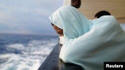 Un migrant assis à bord du bateau de sauvetage ONG Proactiva en mer Méditerranée centrale, le 5 août 2018