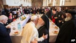Папа римський Франциск вітає патріарха Варфоломія в Ассізі