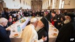 20일 이탈리아 아시시에서 세계 종교지도자들과 회동한 프란치스코(가운데 왼쪽) 교황이 바르톨로뮤 1세 정교회 대주교와 포옹하고 있다.
