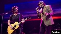 Juan Luis Guerra y Juanes en el concierto este sábado en Barclays Center, en el condado de Brooklyn.