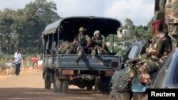 Des soldats ivoiriens en patrouille à Dabou (environ 50 km à l'ouest d'Abidjan), le 16 août 2012, après une attaque