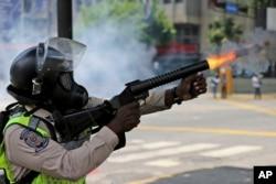 Un agente de la Policía Nacional de Venezuela dispara gas lacrimógeno contra manifestantes en una protesta en Caracas, el lunes 10 de abril de 2017.