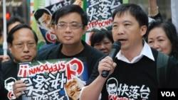 香港民主黨立法會議員胡志偉(右一)將會向特首梁振英提出不信任動議(美國之音湯惠芸拍攝)
