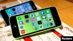 Điện thoại iPhone 5Cs của Apple được trưng bày tại một cửa hàng ở Tokyo, ngày 20 tháng 9 năm 2013.