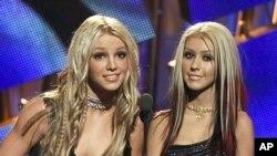 Aunque tienen una relación amistosa, Britney Spears y Christina Aguilera han competido por posicionar sus éxitos musicales cuando se han lanzado al mismo tiempo.