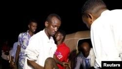 Majeruhi akipelekwa hospitalini baada ya shambulizi la mabomu mjini Mogadishu, Somalia Ijumaa, Februari 23, 2018.