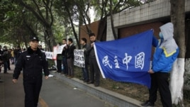 Người biểu tình trưng biểu ngữ bên ngoài trụ sở tờ Nam Phương tuần báo ở Quảng Châu, ngày 9/1/2013.