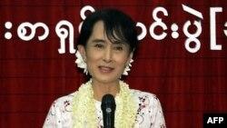 Hoa kỳ phấn khởi trước những cải cách dân chủ mà Miến Điện thực hiện hồi gần đây, trong đó có quyết định cho phép bà Suu Kyi tham gia các cuộc bầu cử sắp tới