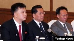3일 리호림 조선적십자회 중앙위원회 서기장(왼쪽 두번째)과 유성일 북한 외무성 일본과장(왼쪽 세번째) 등 북한 대표단이 중국 선양에서 열린 북일 적십자 실무회담에 참석했다.