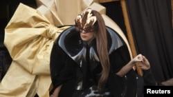 """En esta foto, Lady Gaga arriva a la tienda Macy's para el lanzamiento de su fragancia """"Lady Gaga Fame""""."""