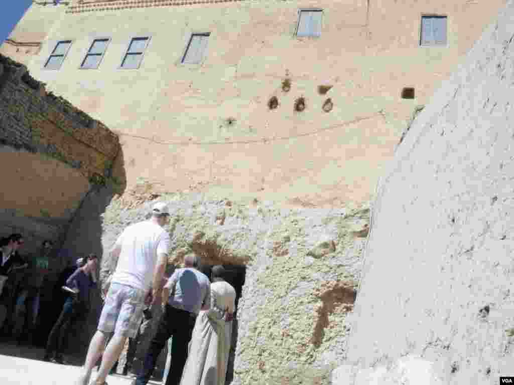 Tourists and journalists line up to visit newly opened tombs of ancient nobles in Luxor, Egypt, Nov. 5, 2015. (H. Elrasam/VOA)