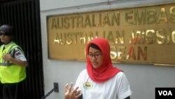 Bà Nanda Olivia Daniel một trong những nạn nhân của vụ nổ bom khủng bố đứng trước trụ sở của Đại sứ quán Australia ở Jakarta, Indonenia, 9/9/14