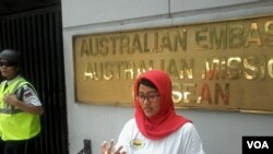 Nanda Olivia Daniel salah seorang korban bom kuningan, berfoto di depan kantor Kedubes Australia, Jakarta, 9 September 2014. (Foto: VOA/Andylala)