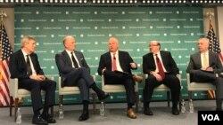 週二在華盛頓智庫哈德遜研究所的研討會上,美國前總統小布殊的副幕僚長卡爾·羅夫(中)表示,中國公司憑藉政府支持在各國奪取5G技術的開發權和使用權,這不僅構成對美國的經濟威脅,也在地緣政治層面上威脅美國。
