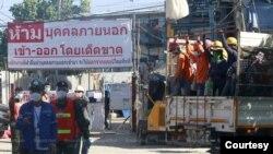 ဘန္ေကာက္ Laksi ခရိုင္ထဲက ေဆာက္လုပ္ေရးလုပ္သားေတြကို Camps ထဲသို ့ျပန္လည္ပို ့ေဆာင္စဥ္ (ဓာတ္ပုံ - Bangkok Post)