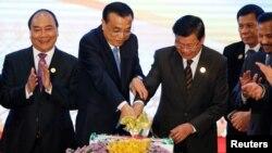 라오스 비엔티안에서 7일 열린 아세안 정상회의에서 리커창 중국 총리(왼쪽 2번째)가 아세안 회원국 정상들과 기념 케이크를 자르고 있다.