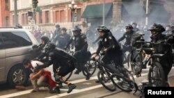 La policía en Seattle, Washington, arrestó a manifestantes anti capitalismo durante la marcha del 1 de mayo.