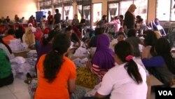 350 warga dilibatkan dalam pelipatan 588.600 lembar surat suara pemilu 2014 di Poso (foto: VOA/Y. Litha)