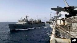 El barco Artic de apoyo rápido de combate de la Armada de EE.UU. transporta carga para el portaaviones Abraham Lincoln durante una operación de abastecimiento en el Mar de Arabia. Foto del 19 de mayo de 2019, proporcionada por la Armada de EE.UU.