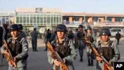 Cảnh sát Afghanistan gần sân bay Kabul, ngày 10/6/2013