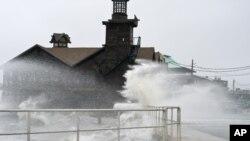 Grandes olas provocadas por la tormenta tropical Debby azotan las calles del Cayo Cedar, en Florida.