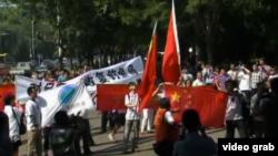 北京一些民众星期三在北京日本外事机构游行,就中国与日本领土争端举行抗议 (VOA卫视截图)