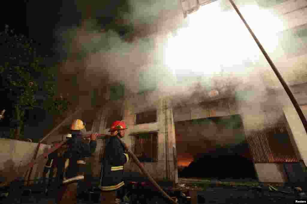 آگ بچھانے والا عملہ امدادی کارروائیوں میں مصروف