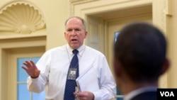 Penasehat tertinggi untuk urusan kontraterorisme di Gedung Putih, John Brennan menyampaikan briefing kepada Presiden Obama (foto: dok).