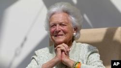 រូបឯកសារ៖ លោកស្រី Barbara Bush ភរិយាអតីតប្រធានាធិបតីស.រ.អា ស្តាប់សំណួររបស់អ្នកជំងឺម្នាក់ ក្នុងអំឡុងពេលដែលលោកស្រីទៅទស្សនកិច្ចមន្ទីរពេទ្យកុមារនៅឯមណ្ឌលសុខភាពMaine ក្នុងទីក្រុង Portland នៃរដ្ឋMaine សហរដ្ឋអាមេរិក។