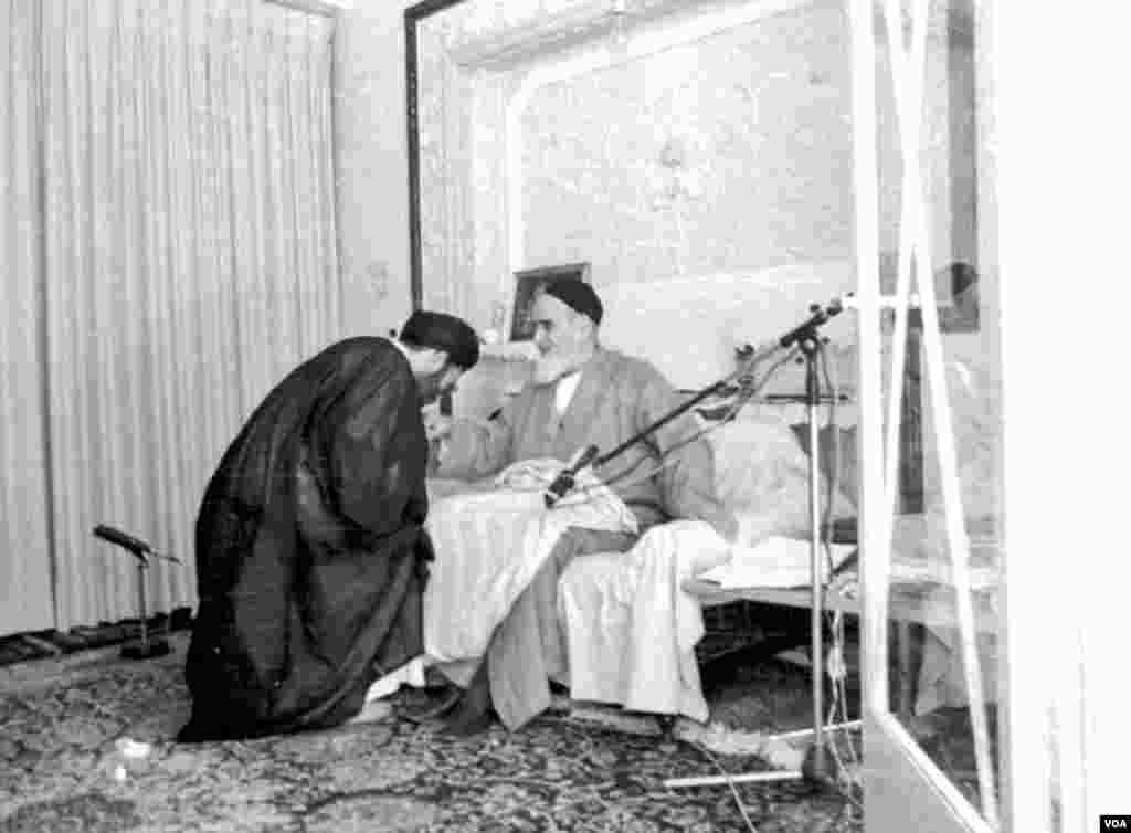 اولین مراسم تنفیذ علی خامنهای ، سومین رئیس جمهوری اسلامی ایران روز ١٧ مهرماه ١٣٦٠ در حسینیه جماران برگزار شد. علی خامنه ای از خرداد سال ١٣٦٨ و پس از مرگ آیت الله خمینی، بر کرسی رهبری جمهوری اسلامی تکیه زد.