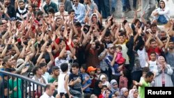 Đám đông người nhập cư, chủ yếu là từ Syria, chờ đợi tại một trạm xe buýt ở Istanbul, Thổ Nhĩ Kỳ. Người tị nạn cho biết họ được cứu trợ ở Thổ Nhĩ Kỳ, nhưng không tìm được công ăn việc làm. Một số người nói họ đã cố gắng nhiều tháng ròng để có được một công việc đàng hoàng nhưng thất bại.