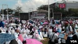 Ribuan orang memadati Lapangan Gasibu di Bandung untuk mengikuti kegiatan Doa Bersama 1212 dan Pesantren Perekat NKRI, hari Senin 12 Desember 2016. (Foto: VOA/Teja Wulan).