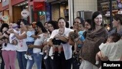Más de 100 mujeres alimentaron a sus bebés en la plazoleta de comidas del centro comercial Lincoln Plaza de Costa Rica.