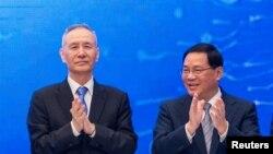 류허 중국 부총리 (왼쪽)와 리창 상하이시 당서기가 13일 상하이 푸동 샹그릴라 호텔에서 열린 '제11회 루자쭈이 포럼'에 참석했다.