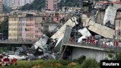 Tim penyelamat mencari korban di antara reruntuhan jembatan Morandi yang mmbruk di Genoa, Italia, Selasa (14/8).